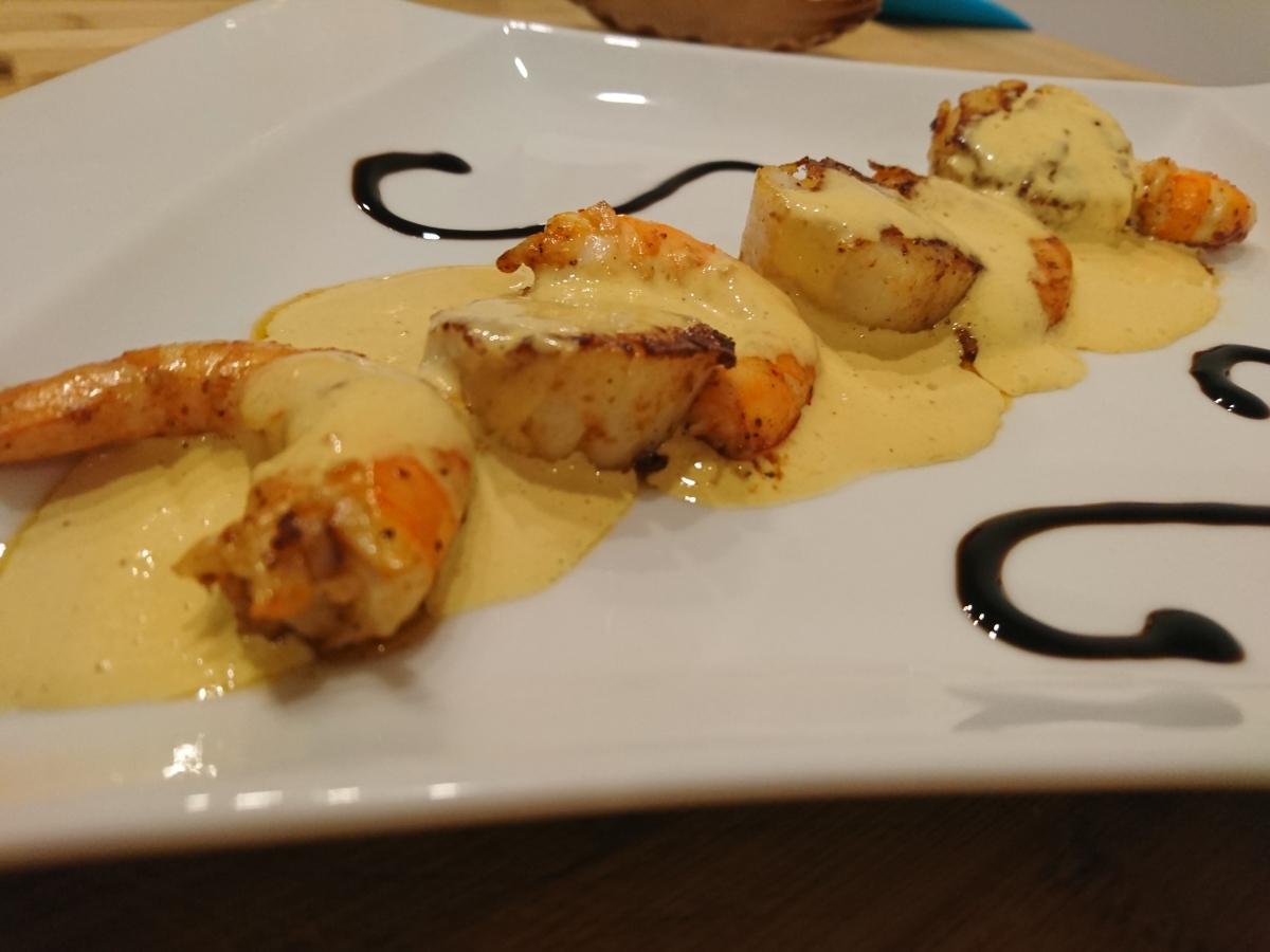 Assiette de la mer aux crevettes et noix de Saint jaques sauce safrané